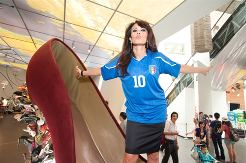 Maria Grazia Cucinotta's wishes to the Italian National football team
